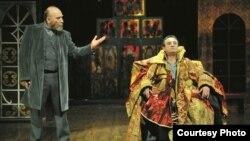 Актерите Владо Јовановски и Ѓорѓи Јолевски во претставата Бесови
