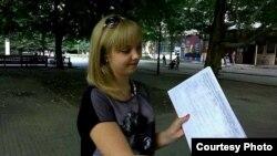 Азов. Девушка-доброволец собирает подписи за прямое президентское правление