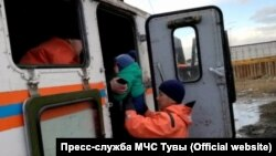In Tuva, rescuers evacuate people in the flood zone.