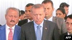 Recep Tayyip Erdoğan mühafizəçilərin əhatəsində.