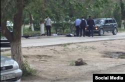 Полиция қызметкерлері жерде жатқан адамдардың жанында жүр. Ақтөбе, 5 маусым 2016 жыл.