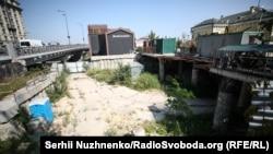 Котлован, де проводились будівельні роботи, які наразі зупинені. Поштова площа, Київ, 4 вересня 2018 року