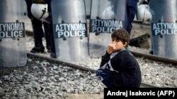 Мальчик-беженец на границе Греции и Македонии. 2016 год