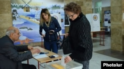 Armenia - A woman votes in a polling station in Yerevan, 6Dec2015.