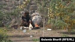 یک فرد معتاد به مواد مخدر در بخشی از چمن حضور شهر کابل آتش روشن کرده و خودش را گرم میکند. November 10 2019
