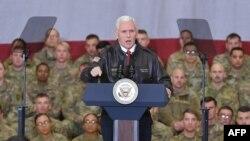 Nënpresidenti amerikan, Mike Pence, duke folur para ushtarëve në një bazë ajrore në Bagram, Afganistan