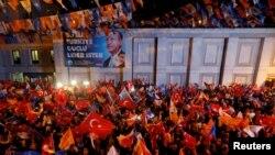 АК партиянын Стамбулда жыйналган жактоочулары. 24-июнь, 2018-жыл.