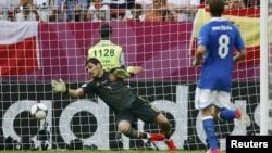 Испандық қақпашы Икер Касильястың командасын голдан құтқарып қалған сәті. Испания-Италия кездесуі. Польша, Гданьск, 10 маусым 2012 жыл.