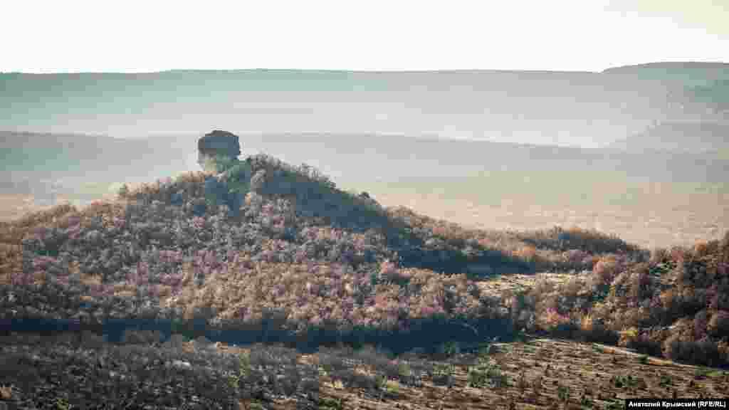 На противоположной стороне в легком утреннем тумане – скала Курбан-Кая (с крымскотатарского – «Жертвенная скала»). Туристы-пешеходники прозвали ее Кубышкой, чтобы таким образом отличать еще от одной Курбан-Кая близ поселка Щебетовка в Восточном Крыму