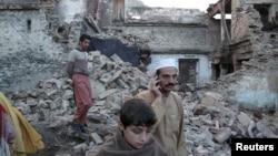 Пәкістанның Суат аймағындағы Мингора қалашығының зілзаладан зардап шеккен тұрғындары. 26 қазан 2015 жыл