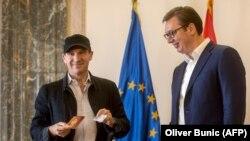 Rejf Fajns sa pasošom Srbije i predsednikom Aleksandrom Vučićem