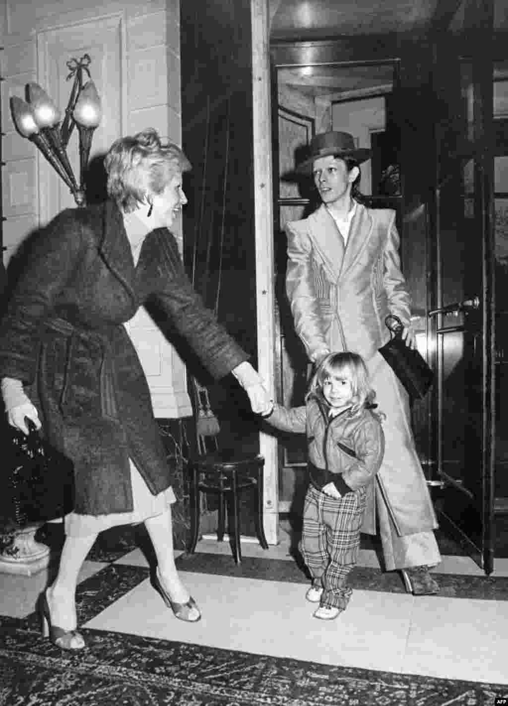 Февраль 1974 года, Боуи, его жена Анджела и их сын Зоуи в Амстердаме после вручения Дэвиду премии за его альбом The Rise and Fall of Ziggy Stardust and the Spiders From Mars