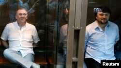 """Рустам Махмудов и Лом-Али Гайтукаев (слева), обвиненные в убийстве журналиста """"Новой газеты"""" Анны Политковской."""