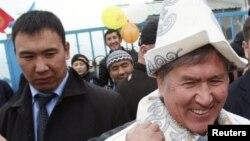 Дамир Мусакеев экс-президент Алмазбек Атамбаевдин артында.