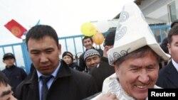 Дамир Мусакеев за экс-президентом Алмазбеком Атамбаевым.