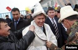 Алмазбек Атамбаев предпочитает национальную киргизскую одежду арабским одеяниям