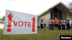 Люди ожидают своей очереди на избирательном участке в городской церкви, Киссимми, Флорида, 6 ноября 2012 года.