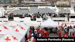 Pamje të migrantëve në brigjet e Italisë.