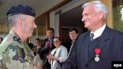 """Zamjenik komandanta SFOR-a general Roger Duburg dodjeljuje Jovanu Divjaku """"Legiju časti"""" 13. juna 2011. u Sarajevu."""