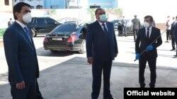 Prezident Emomali Rahmon və oğlu qoruyucu maskada