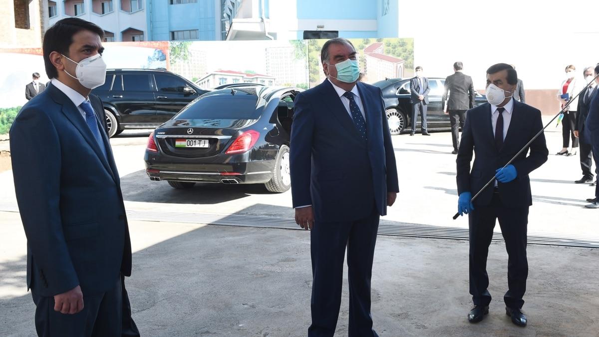 Президент Таджикистана Рахмон впервые появился на публике в маске