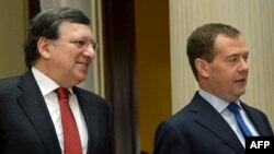 Orsýetiň premýer-ministri Dmitriý Medwedew (sagda) we Ýewropa komissiýasynyň ýolbaşçysy Žoze Manuel Baroso (çepde), Moskwa, 22-nji mart, 2013.