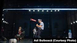 Sub fiecare pas e o mină neexplodată dintr-un război neterminat cu tine, spectacol de Radu Afrim la Teatrul Odeon, Sala Majestic