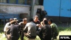 Рабочие вагоноремонтного завода проводят сидячую забастовку. Алматы, 30 июня 2009 года.
