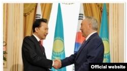 Оңтүстік Корея президенті Ли Мен Бак пен Қазақстан президенті Нұрсұлтан Назарбаев. 13 мамыр, 2009 жыл.