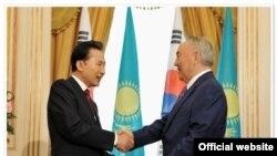 Президенты Южной Кореи Ли Мен Бак и Казахстана Нурсултан Назарбаев в Астане. 13 мая 2009 года.