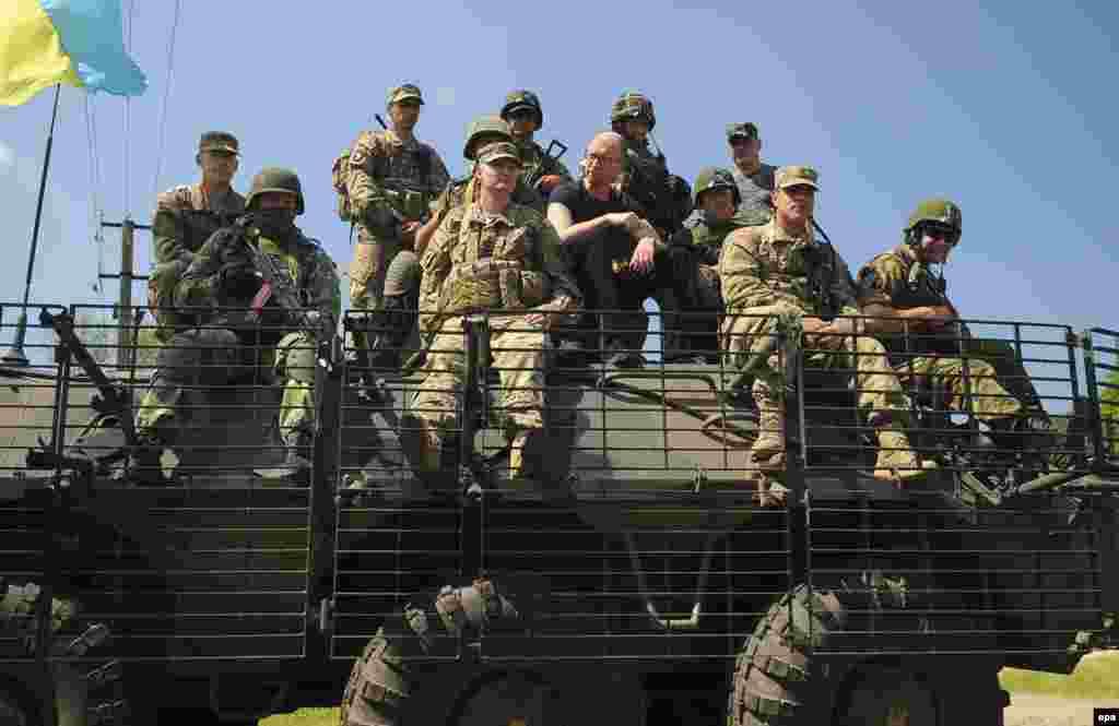Прем'єр-міністр України Арсеній Яценюк під час командно-штабних навчань із залученням американських військових «Безстрашний захисник 2015». Яворівський полігон, 3 червня 2015 року