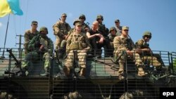 Premierul ucrainean Arseni Iațeniuk împreună cu soldați ucraineni și americani la exercițiile de la poligonul Yavoriv, în apropiere de Lvov, iunie 2015