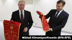 Vladimir Putin și Emmanuel Macron s-au întîlnit cu participanții la o partidă amicală de scrimă în marginea Forumului Economic Internațional de la Sankt Petersburg.