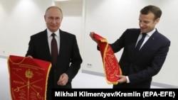 Владимир Путин и Эммануэль Макрон во время посещения фехтовального турнира в Петербурге, май 2018 года