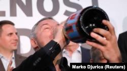 Мило Джуканович пьет шампанское в своей штаб-квартире в Подгорице