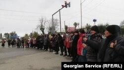 Почти все сотрудники кутаисской мэрии, а их около 800 человек, сегодня вышли на предупредительную акцию протеста