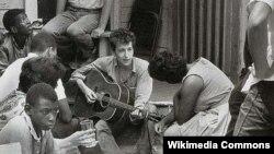 Боб Дилан с группой студентов, членов ''Nonviolent Coordinating Committee'', 1963