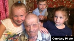 Ветеран Второй мировой войны Илья Кубанкин с правнуками в день празднования своей 101-й годовщины со дня рождения. Темиртау, 20 июля 2017 года.