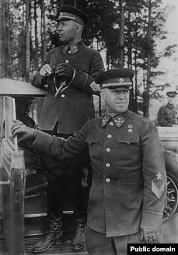 Нарком обороны СССР маршал Тимошенко и командующий войсками Киевского особого военного округа генерал армии Жуков на учениях, 1940 год