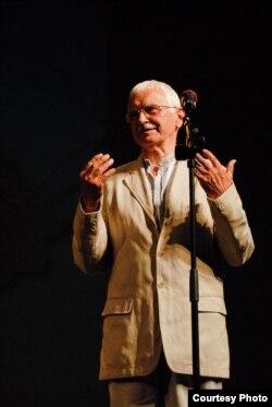Євген Сверстюк виступає в театрі «Елізео» в Римі, 25 вересня 2011 року
