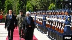 Президент Азербайджана Ильхам Алиев и президент ИранаХасан Роухани обходят строй почетного караула. Баку, 7 августа 2016 года.