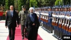 Azerbaýjanyň prezidenti Ylham Aliýew eýranly kärdeşi Hassan Rohanini garşy alýar.