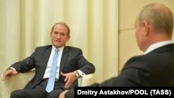 Виктор Медведчук (л) и Владимир Путин (п) во время встречи. Ново-Огарево, 6 октября 2020 года