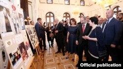 Թբիլիսիում Հայաստանի Առաջին Հանրապետության 100-ամյակին նվիրված հուշատախտակի բացումը, որին ներկա են Հայաստանի վարչապետ Նիկոլ Փաշինյանն ու նրա կինը՝ Աննա Հակոբյանը, 30-ը մայիսի, 2018թ.