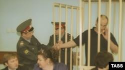Освобождение одного из подозреваемых по делу Дмитрия Холодова. 26 июня 2002 года