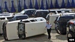 Prevrnuta vozila ispred sedišta EULEX-a