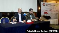 مدير دائرة العقود في وزارة النفط العرقية عبد المهدي العميدي ونائبه يتحدثان في مؤتمر في عمّان