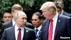 Владимир Путин и Дональд Трамп во время саммита во Вьетнаме, 11 ноября 2017 года