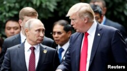 Putin (left) and Trump at the APEC summit in Vietnam in 2017.