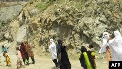 به دنبال درگیری میان ارتش پاکستان و ستیزه جویان طالبان در منطقه «لاور دیر» ساکنان محلی اقدام به ترک خانه و کاشانه خود کردند.